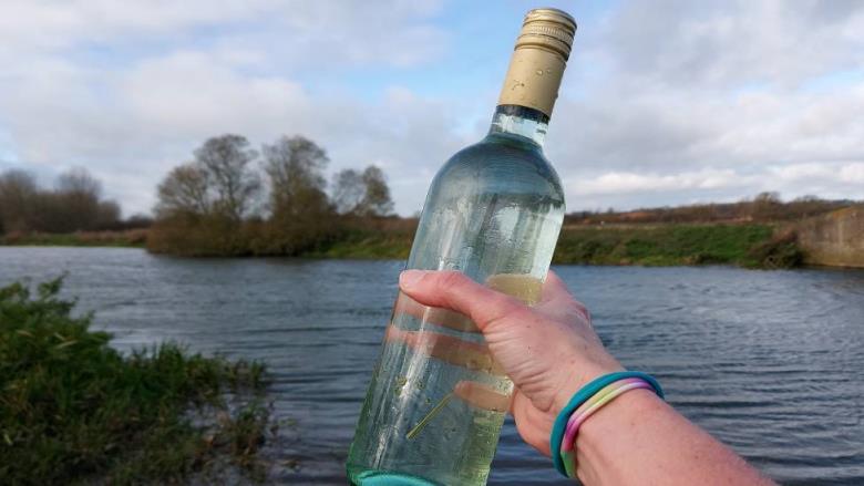 塑料污染:班戈大学的研究人员在酒瓶中获取样本
