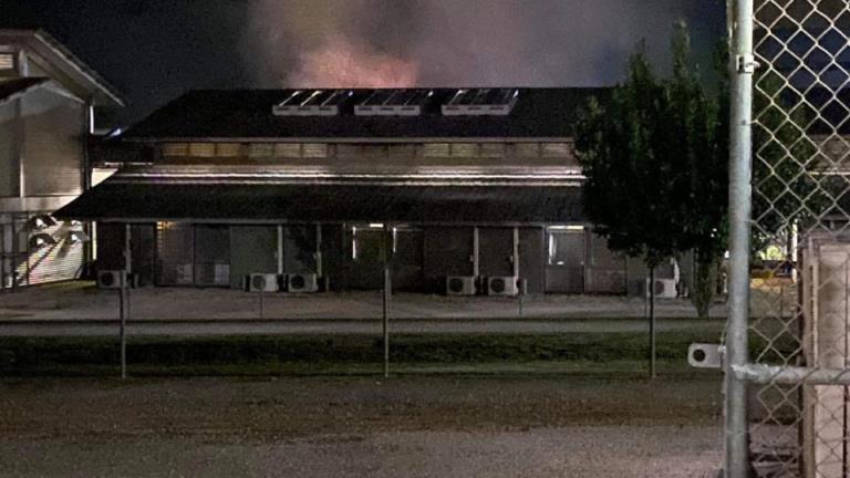 圣诞岛被拘留者暴动,建筑群燃起大火