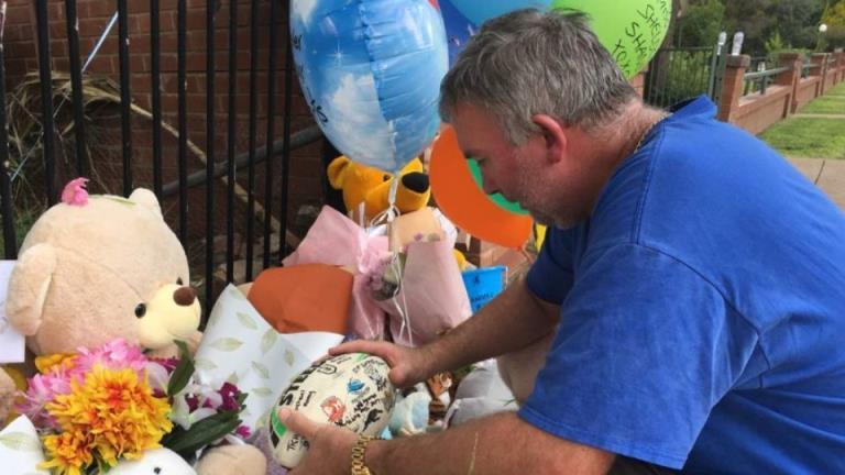在两个儿子被指控肇事逃逸后,父亲激动地前往车祸现场