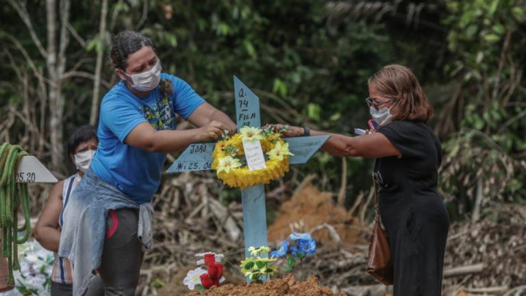 巨大的COVID - 19死亡人数使得巴西公墓里只有站立的空间