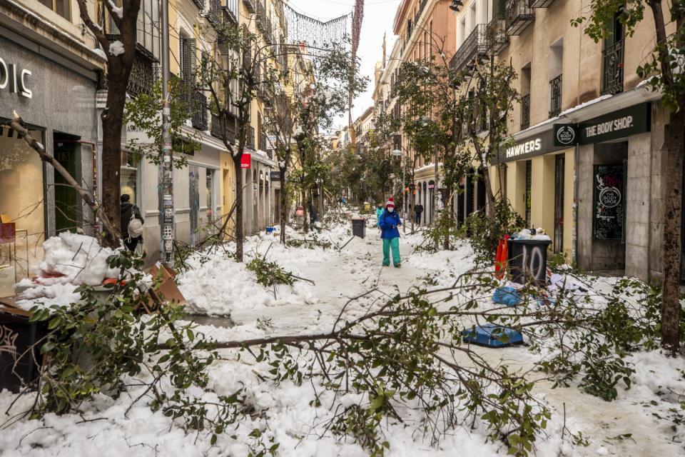 西班牙暴风雪导致道路瘫痪,四人死亡