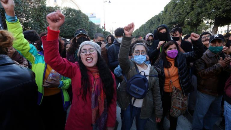 """""""人民希望政权倒台"""":突尼斯民众重现""""阿拉伯之春""""的口号"""