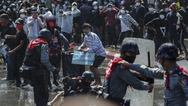 缅甸警方试图驱散抗议者时发生了枪击事件