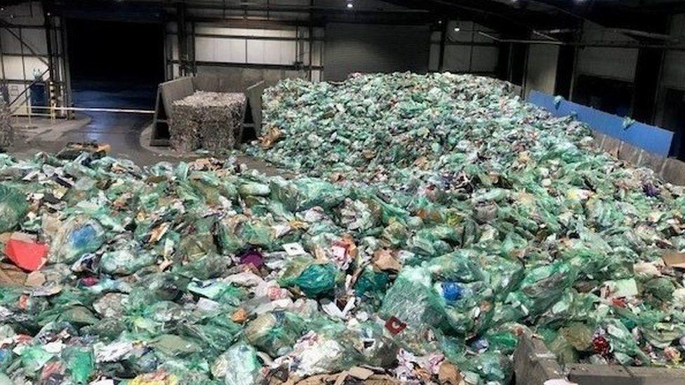 新冠肺炎:威尔士封锁网上购物导致垃圾回收增加