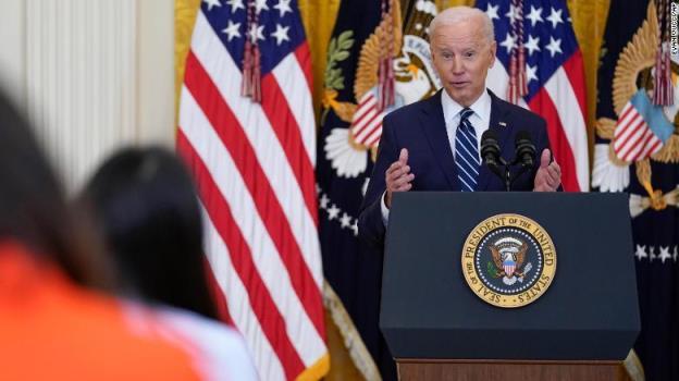 拜登在他的首次白宫新闻发布会上强调了南部边境的危机