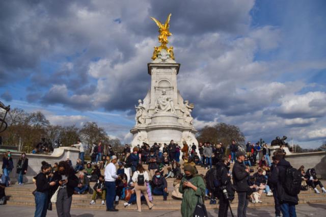 新冠肺炎的风险越来越大,伦敦人无视社交距离,在白金汉宫外悼念菲利普•菲利普(Philip Philip)