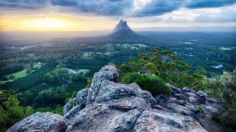 一名攀岩者从昆士兰40米高的恩gungun山上摔下,险些丧命