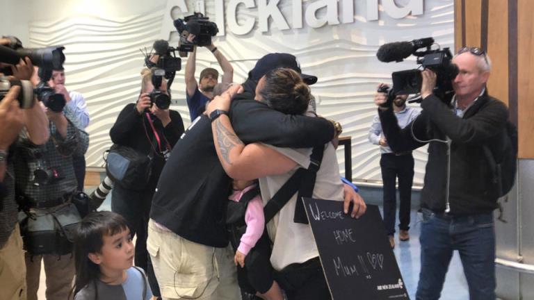 眼泪,拥抱和欢乐的家庭团聚,当免隔离的航班降落在新西兰