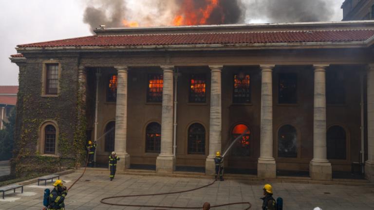消防员在与开普敦大火搏斗时疏散了高层建筑