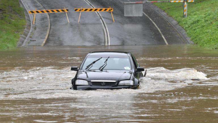 昆士兰州北部偏远地区正处于洪水警戒状态,该州部分地区准备迎接300毫米的降雨