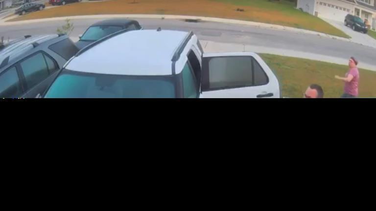 在一段戏剧性的病毒视频中,男子将狂暴的山猫扔过门前的草坪去救妻子