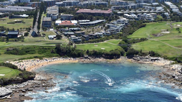 悉尼的小海湾海滩在发现石棉后关闭了两周