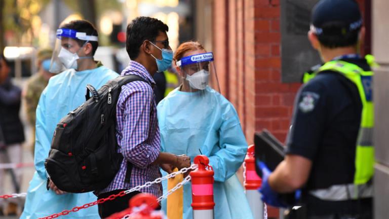 """""""疫情爆发的风险太大了"""":政府敦促取消酒店隔离,建立更多的专门设施"""