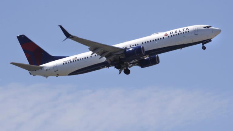 一架美国航班在乘客试图冲向驾驶舱后被迫降落