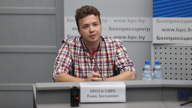 被拘留的记者Roman Protasevich被迫面对媒体