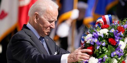 """快讯:拜登在阵亡将士纪念日要求美国人记住阵亡将士的""""牺牲""""、""""英勇""""和""""人性"""""""