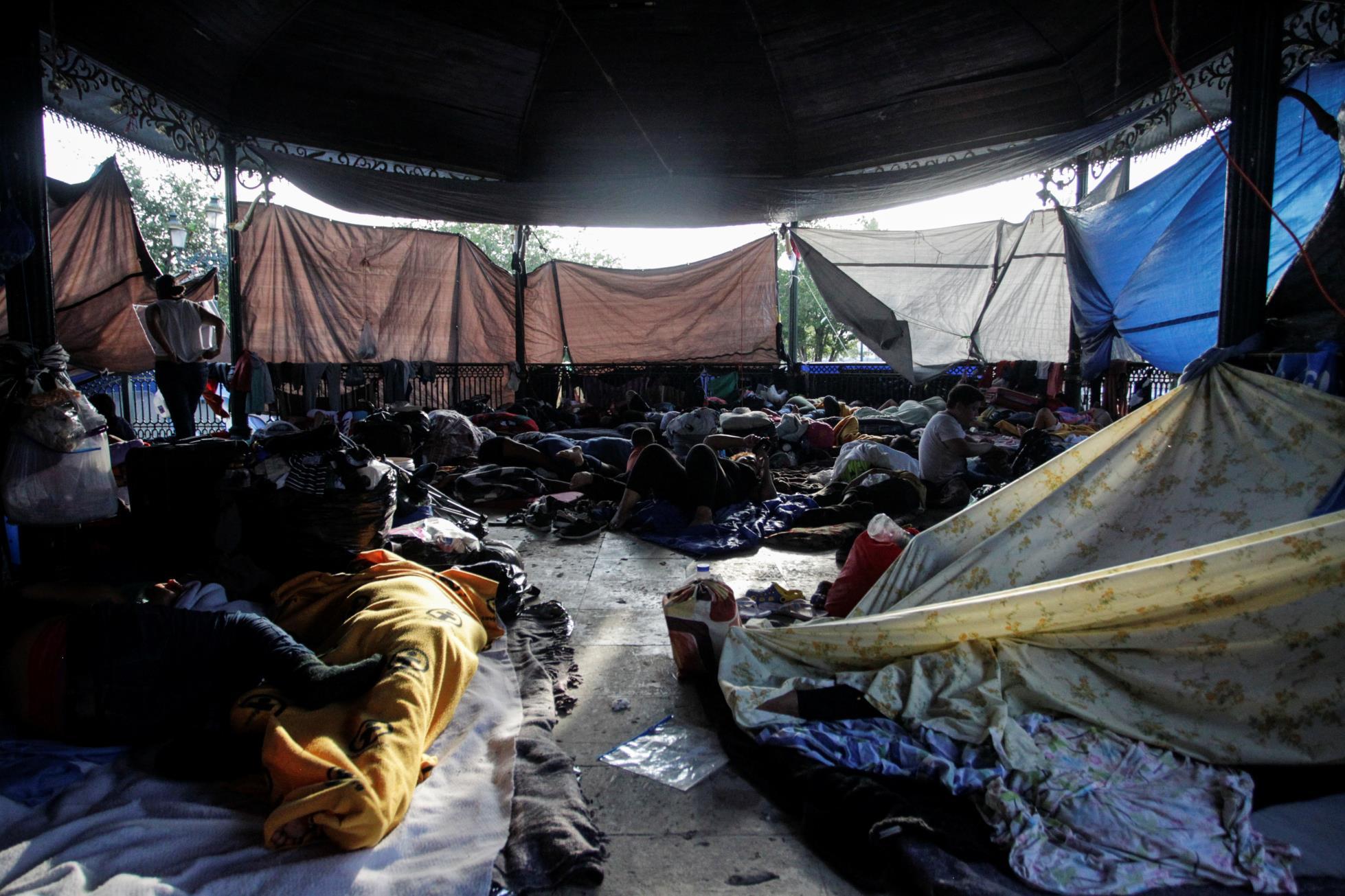 在墨西哥边境的一个营地,寻求庇护者等待拜登结束特朗普的健康指示