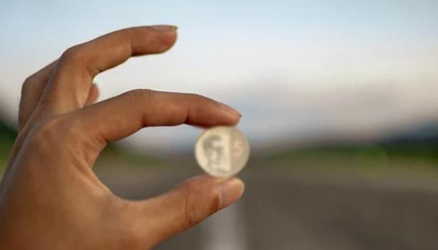英国:寻宝者用金属探测器发现价值2000万卢比的稀有盎格鲁-撒克逊金币