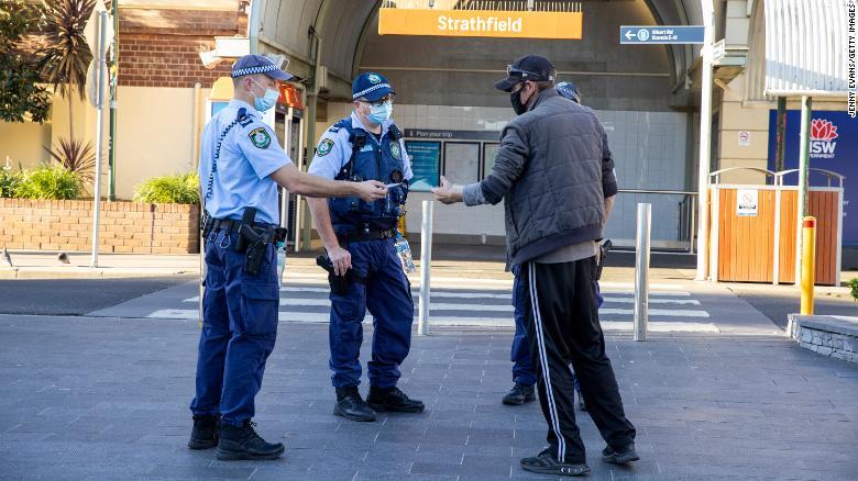 随着病例激增,更多军事人员部署在悉尼执行Covid - 19限制措施