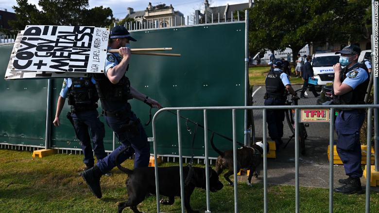 """在抗议和创纪录的感染中,澳大利亚总理暗示""""零冠""""已经结束"""