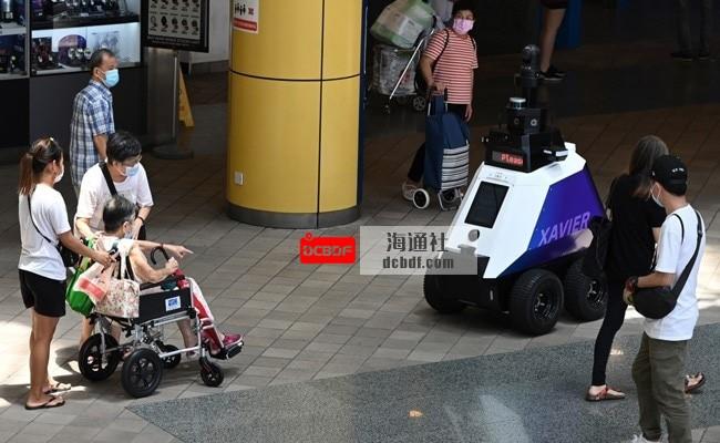 """机器人在新加坡街头巡逻,阻止""""不良社会行为"""""""