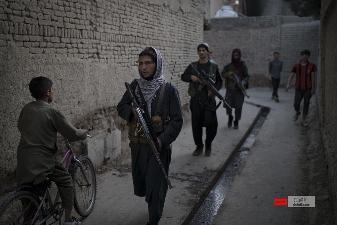 一些人欢迎塔利班式的安全,另一些人则担心