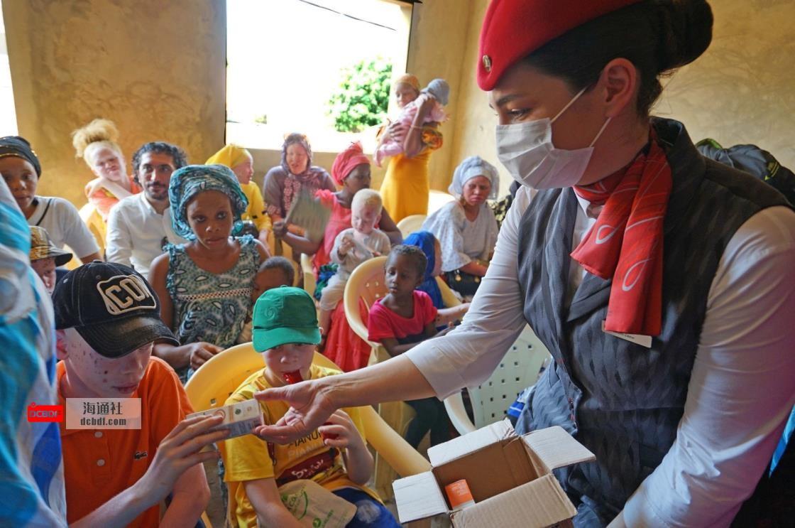 土耳其航空公司的工作人员帮助塞内加尔的白化病儿童